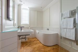 Hightea bathroom